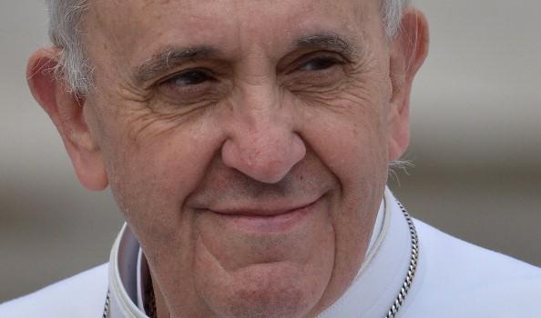 Papa Francesco riceve un disegno da un bambino raffigurante la grotta di Betlemme e lo chiama per ringraziarlo