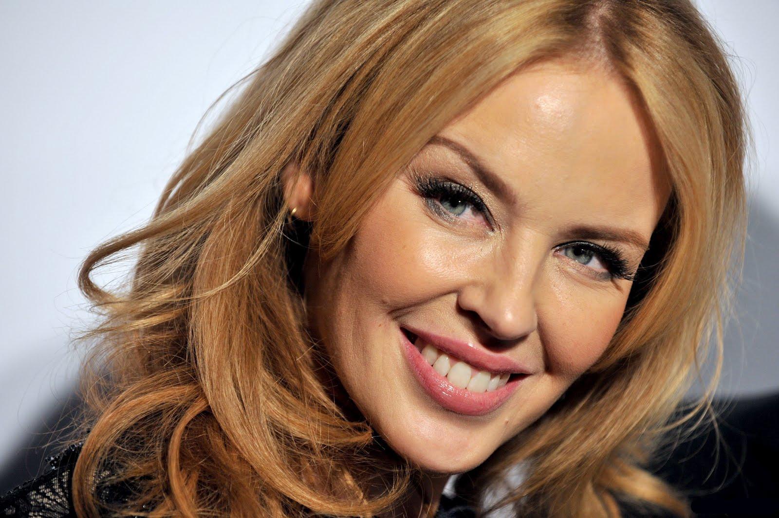 Londra-Kylie-Minogue-a-Oxford-Street-illumina-il-Natale-con-445-palline-d-oro
