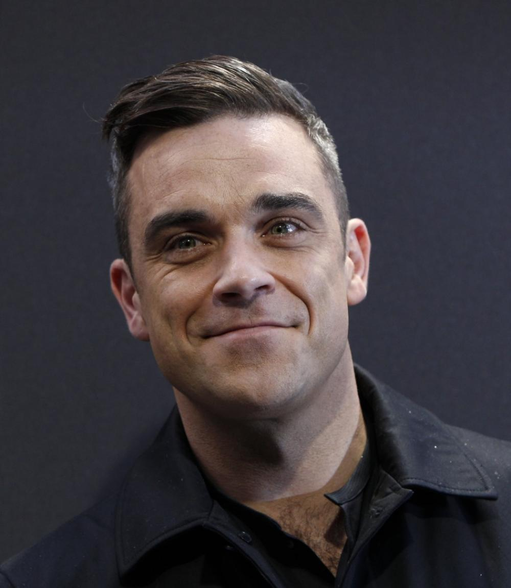 Robbie-Williams-cade-dal-palco-e-frattura-un-braccio-ad-una-fan