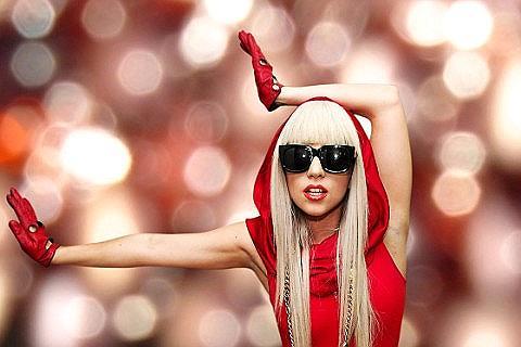 Lady Gaga selfie con scollatura profonda postato su Instragram, delirio dei fan