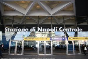 Napoli-agguato-in-stazione-accoltellato-tifoso-della-Roma