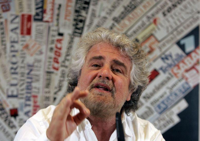 """Beppe Grillo attacco alla stampa con sondaggio sul blog  """"Vota il giornalista dell'anno"""""""