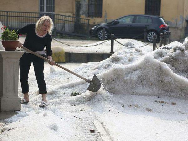 Provincia-di-Lecco-e-Brianza-a-ferragosto-violentissima-grandinata-come-se-fosse-neve