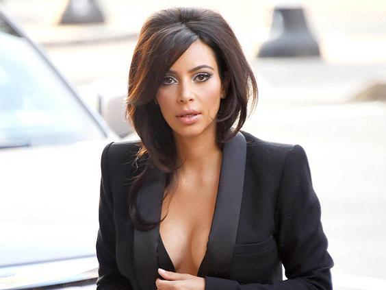 Kim-Kardashian-posta-foto-su-Instagram-coperta-solo-da-un-velo-deliro-dei-fan