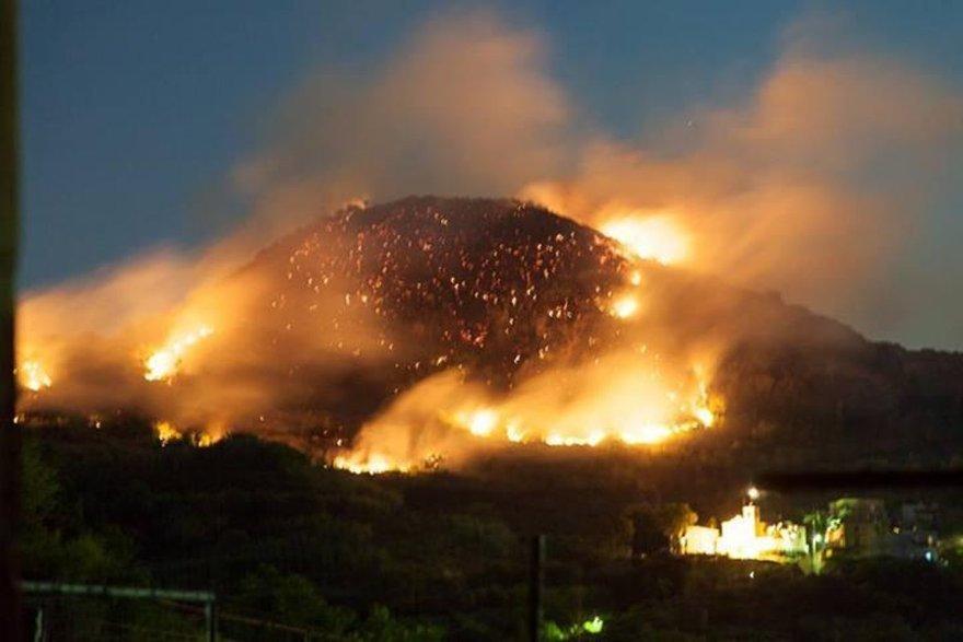 Ischia terrore nella notte per grosso incendio visibile dalla distante Napoli