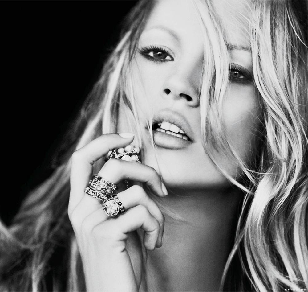 Kate Moss al top della bellezza ad Ibiza con look da capogiro