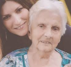 Laura Pausini perde la nonna e condivide il suo dolore su facebook