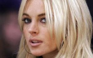 Lindsay-Lohan-a-Mykonos-fa-parlare-di-se-per-un-bikini-sbarazzino