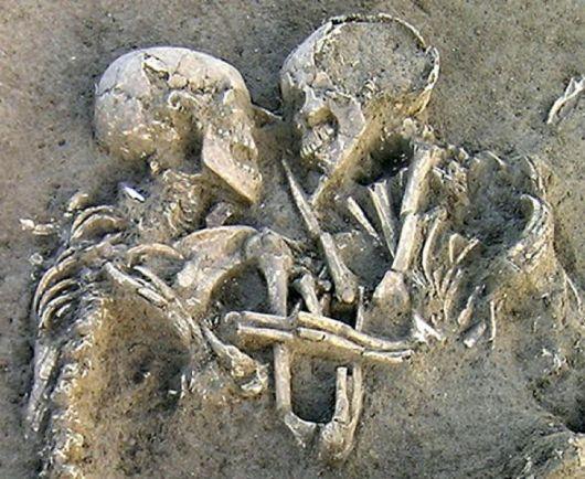 Leicestershire-scoperti-due-scheletri-che-da-700-anni-si-tengono-mano-nella-mano