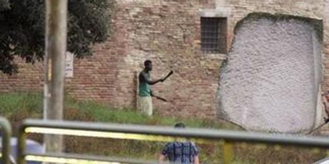 Jesi choc, africano armato di machete semina panico in centro commerciale