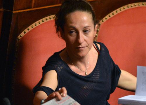 Paola Taverna chiede scusa per la stretta di mano a Verdini, polemiche su Facebook