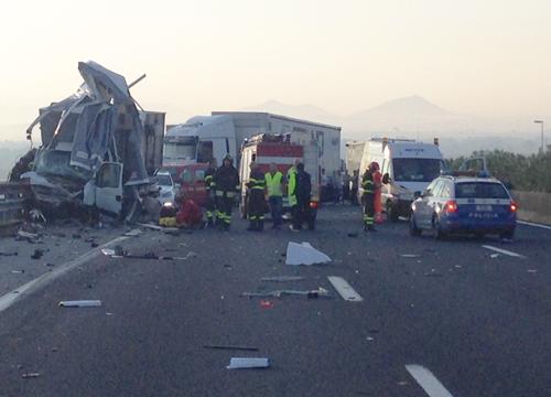 Autostrada-A1-spaventoso-incidente-vicino-Roma-6-morti-tra-i-quali-una-bambina