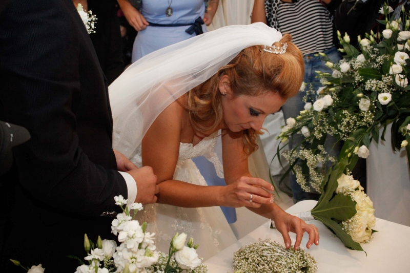 Matrimonio In Crisi : Matrimonio in tempo di crisi una coppia si sposa al centro
