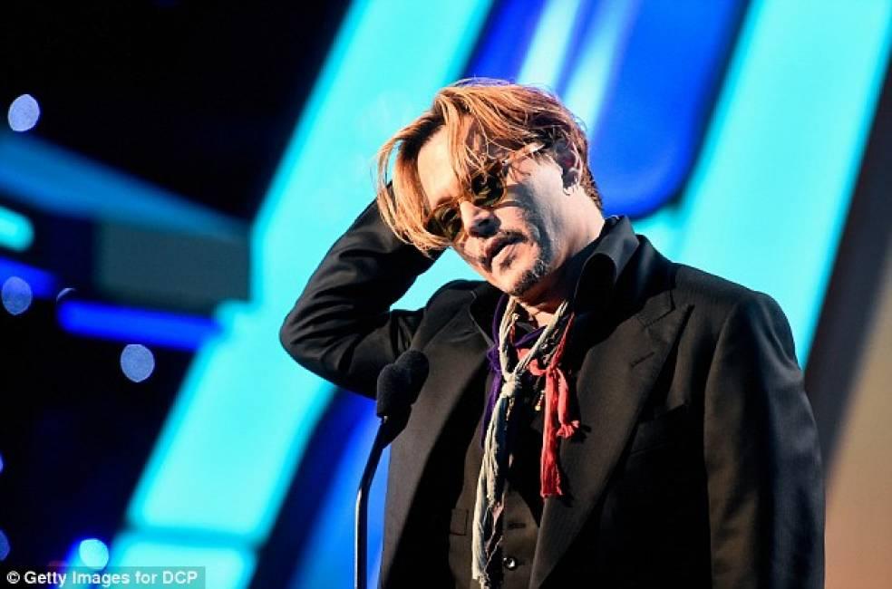 Hollywood Awards, Johnny Depp sale sul palco barcollando perchè ubriaco