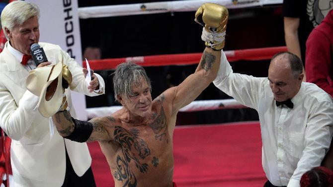Mickey Rourke torna sul ring e vince contro pugile più giovane di 30 anni