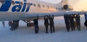 Russia-aereo-congelato-i-passeggeri-decidono-di-spingerlo