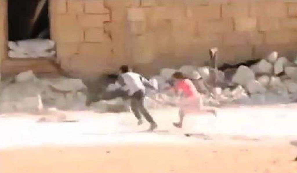 Siria, video del bambino che salva sorella dal fuoco dei cecchini è falso
