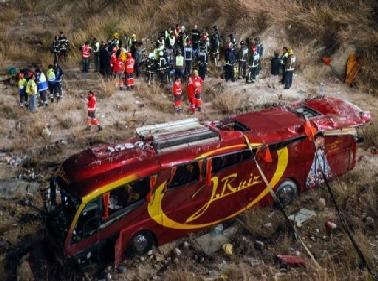 Spagna-terribile-tragedia-autobus-giù-in-un-burrone-morti-14-pellegrini