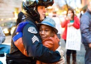 Caso-Ferguson-l-abbraccio-di-un-ragazzo-ad-un-poliziotto-che-commuove-il-mondo