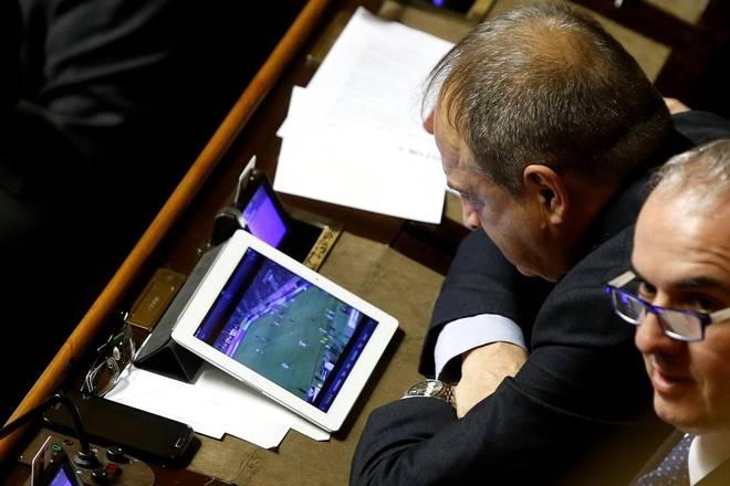 Senatore-Lucherini-vede-la-Juve-mentre-al-Senato-si-discute-la-legge-di-stabilità