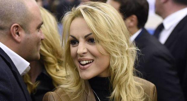 Francesca Pascale cambia look e torna accanto a Berlusconi
