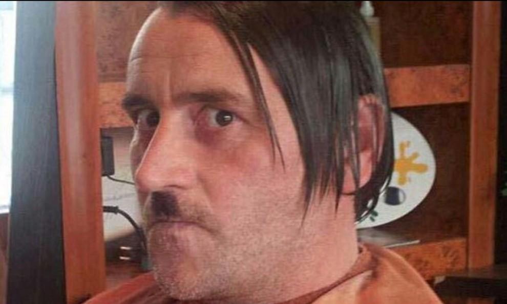 Germania-leader-di-Pegida-si-dimette-dopo-foto-alla-Hitler