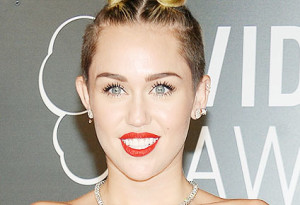 Miley-Cyrus-choc-svestita-mangia-soldi-durante-concerto-di-Chicago