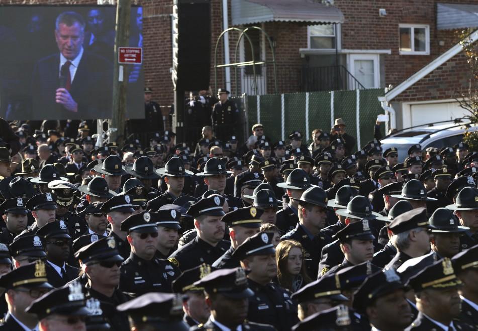 New-York-funerali-agente-ucciso-proteste-della-polizia-contro-De-Blasio