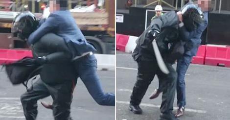 Panico a Londra, un uomo ferma ladro armato di machete