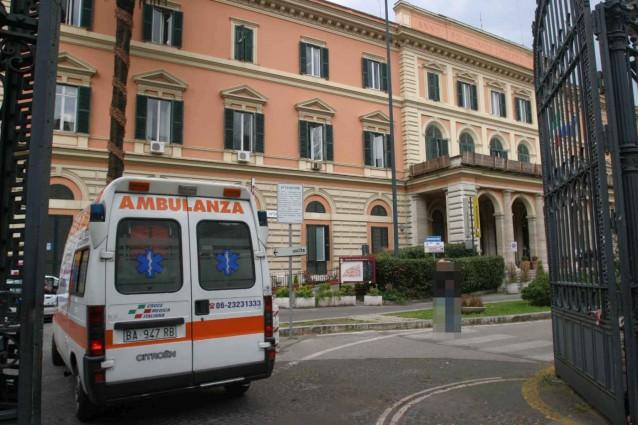 Roma, uomo si suicida in ospedale alla presenza della figlia