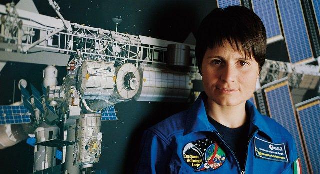 Samantha-Cristoforetti-lezione-nello-spazio-per-alcuni-studenti