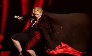 Milano-Fashion-Week-Armani-replica-a-Madonna-caduta-dal-palco-è-stata-colpa-sua
