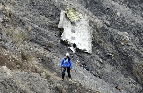 Airbus a320, mistero su uno dei piloti rimasto fuori dalla cabina
