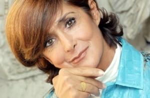 Pesaro-Anna-Marchesini-cade-sul-palco-mentre-saluta-spettatori