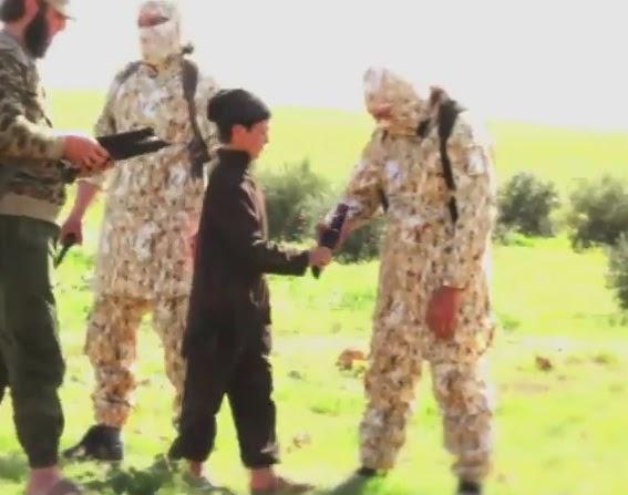 Isis video choc bambino consegna coltelli al boia