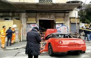 Roma-Ferrari-si-schianta-contro-una-vetrina-di-un-negozio
