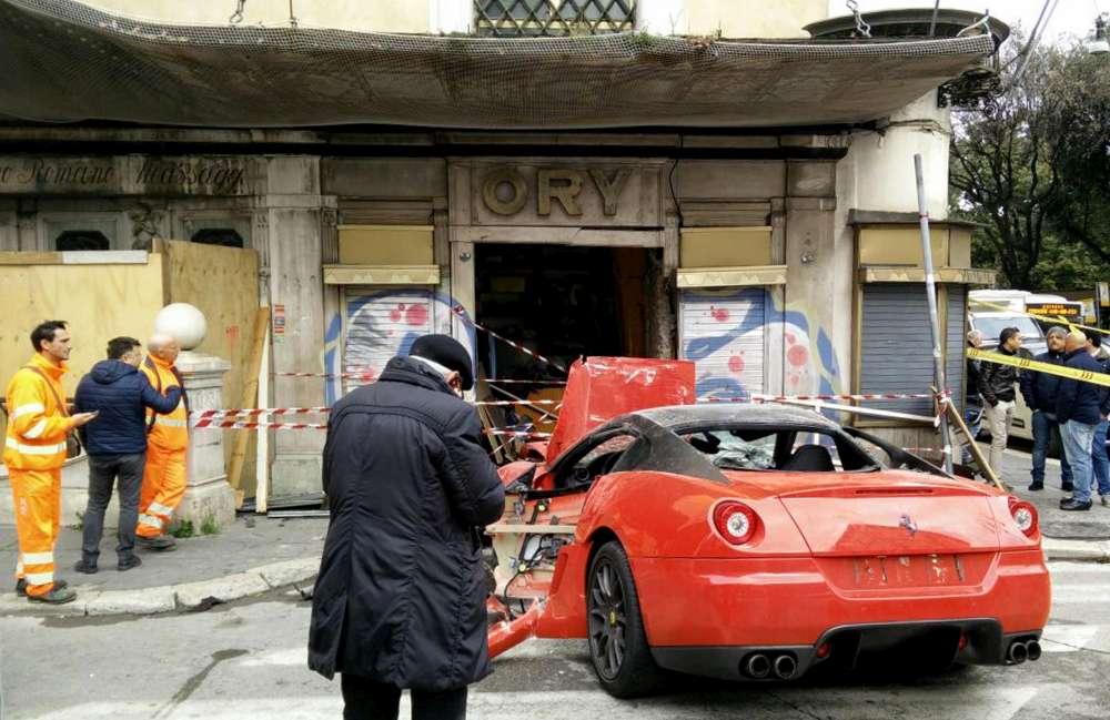 Roma, Ferrari si schianta contro una vetrina di un negozio