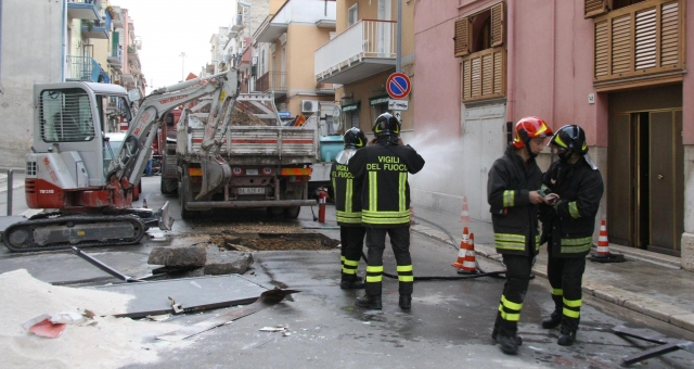 Barletta fuga di gas esplode parrucchiere, un morto e tre feriti