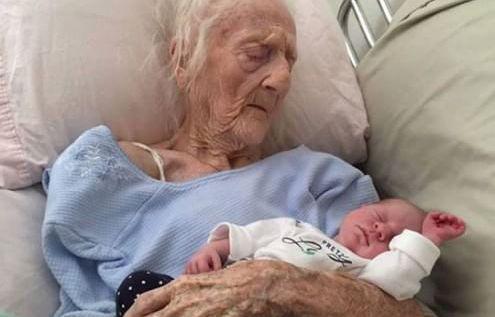 La foto della trisnonna di 101 anni con nipote appena nato diventa virale