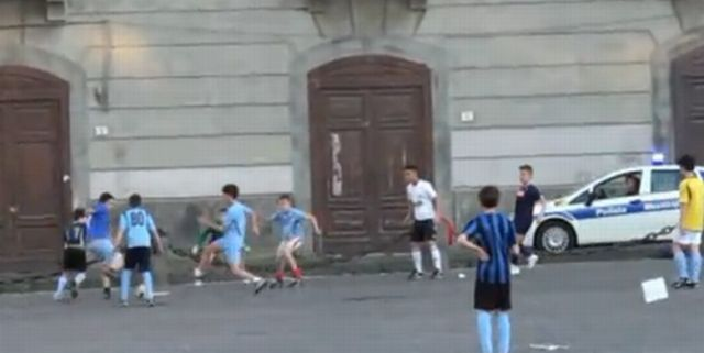 Napoli, ragazzo accoltellato durante partita di calcio