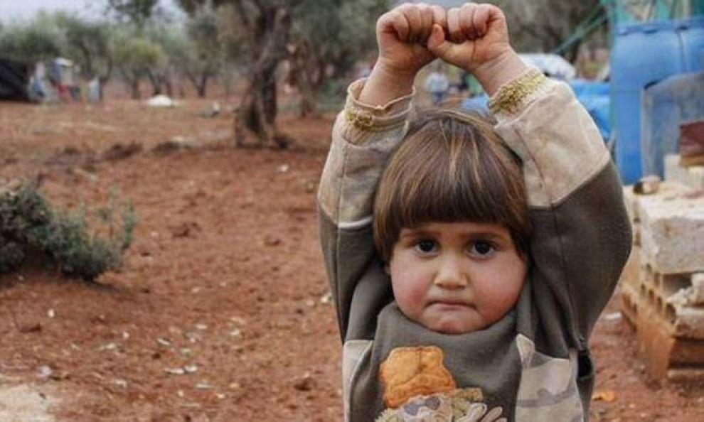 Siria-bambina-si-arrende-per-aver-scambiato-una-fotocamera-per-un-arma