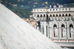 Firenze-a-lavoro-i-rocciatori-per-il-restauro-del-Battistero