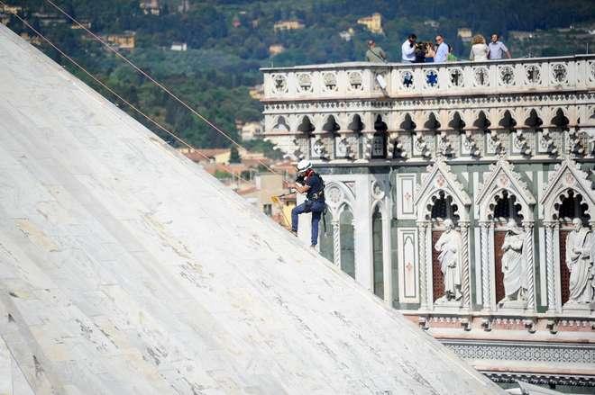 Firenze a lavoro i rocciatori per il restauro del Battistero