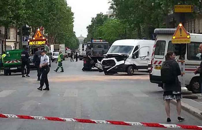 Parigi auto con due poliziotti ubriachi investe un uomo
