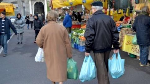 Salute, anziani uno su tre si nutre di cibi scaduti