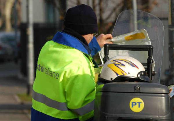 Poste Italiane, il postino da ottobre busserà solo due volte alla settimana