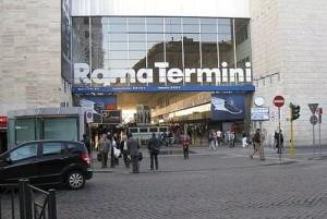 Roma-uomo-defeca-all-ingresso-della-stazione-Termini