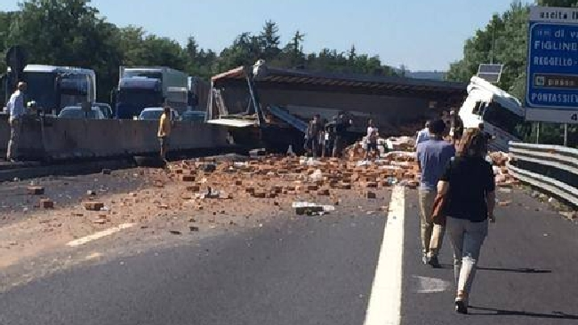 Autostrada-A1-maxi-incidente-verso-Firenze-si-ribalta-tir-con-mattoni