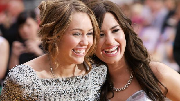 Demi-Lovato-e-Miley-Cyrus-si-sfidano-su-Instagram-a-colpi-di-foto