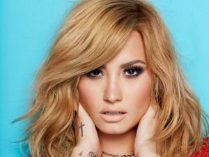 Demi-Lovato-ai-Glaad-Awards-mostra-le-sue-forme-con-una-scollatura-vertiginosa